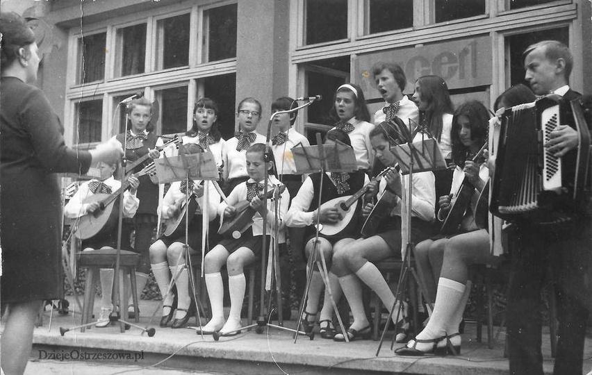 Rok 1970, przegląd zespołów wokalno-instrumentalnych. Przed świetlicą TPD na ogr..., stare zdjęcia -