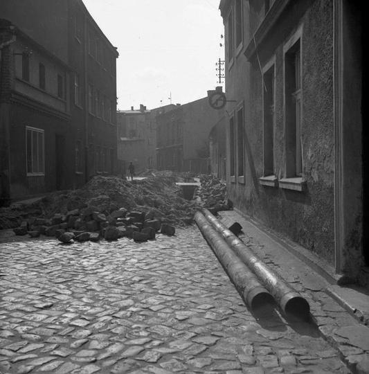 Rok 1972, remont ulicy Targowej, w tyle widoczny plac Stawek.  Zdj. Cz. Bojszcz..., stare zdjęcia -