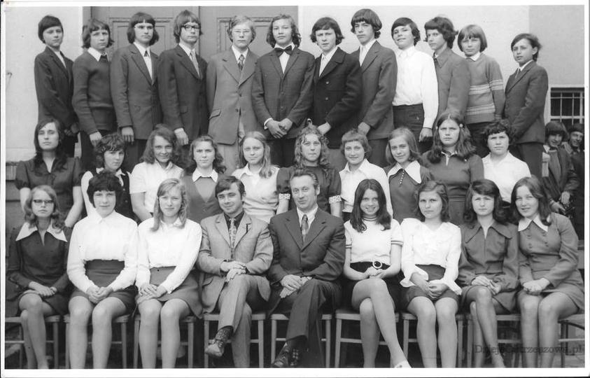 Absolwenci Szkoły Podstawowej nr 2 w Ostrzeszowie. Rok szkolny 1973/74, rocznik ..., stare zdjęcia -