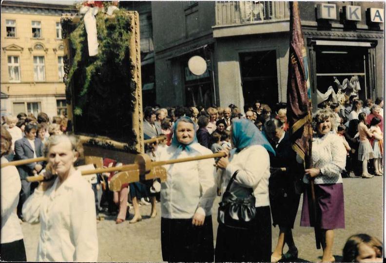 Lata 80-te, ulicą Maksymiliana Kolbe przechodzi procesja Bożego Ciała., stare zdjęcia -