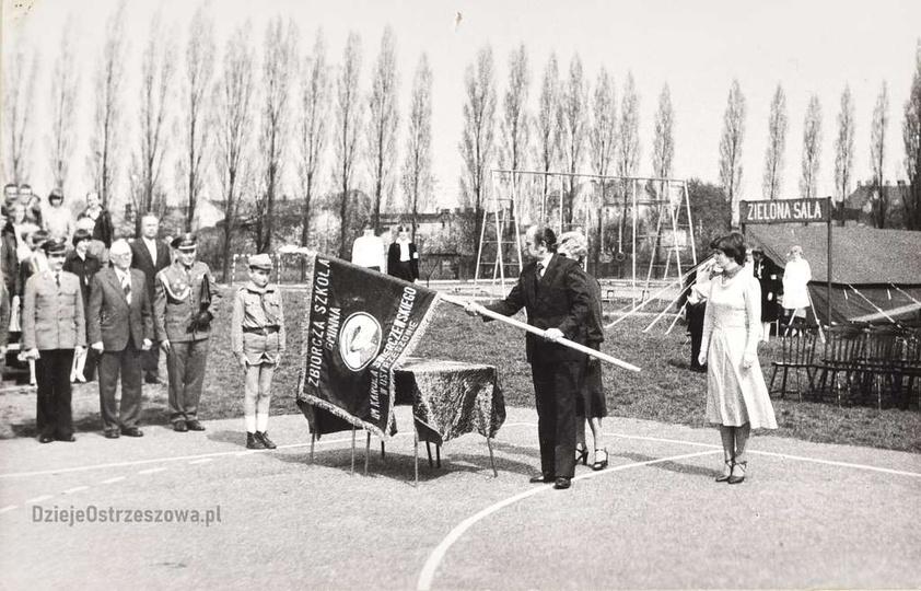 Szkoła Podstawowa nr 1. 8 maja 1982 rok, uroczystość wręczenia szkole sztandaru..., stare zdjęcia -