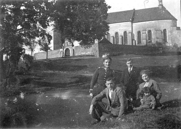Lata trzydzieste, za rodziną pozującą do zdjęcia jeden z przyklasztornych stawów..., stare zdjęcia -