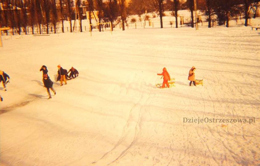 Szkoła Podstawowa nr 1. Połowa lat 80-tych, górka na terenie Szkoły Podstawowej..., stare zdjęcia -