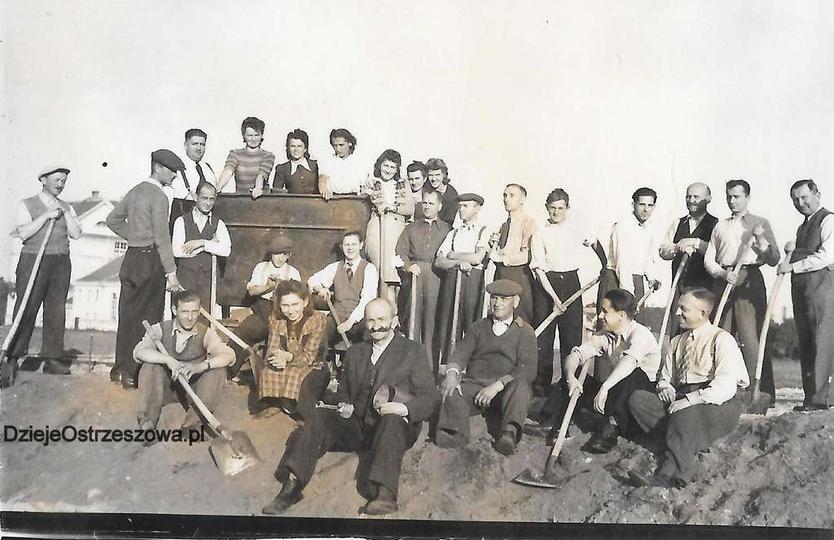 Budowa boiska przy Szkole Podstawowej nr 2 przez pracowników Zarządu Miejskiego ..., stare zdjęcia -