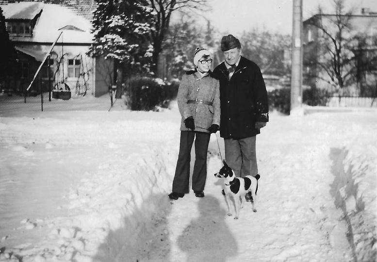 Styczeń 1979 roku, zbieg ulicy Leśnej i 1 Maja. Andrzej Kuśnierczyk z synem Grze..., stare zdjęcia -