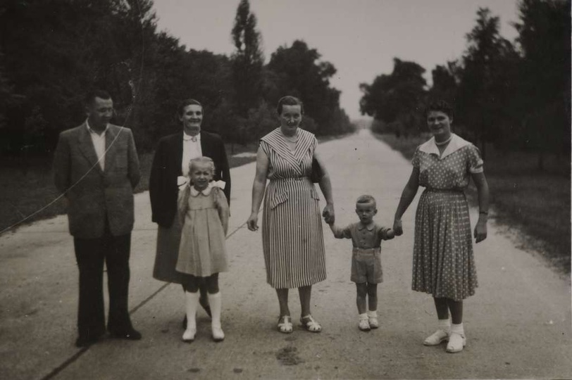 """Połowa lat pięćdziesiątych, ostrzeszowską """"autostradą"""" spacerują, od lewej: Edm..., stare zdjęcia -"""