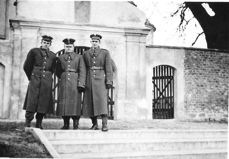 Rok 1958, przy klasztornej bramie stoją od lewej: Ireneusz Cebulski, Zenon Fabro..., stare zdjęcia -