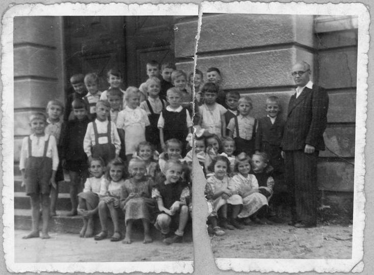 Uczniowie Szkoły Podstawowej nr 2 w Ostrzeszowie, rok 1947, stare zdjęcia -