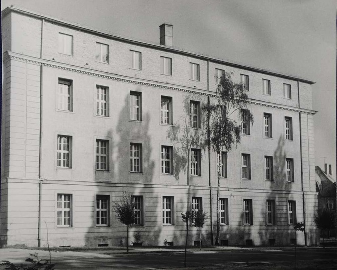 Gmach Urzędu Miasta i Gminy w Ostrzeszowie, krótko po przebudowie w latach 1971-..., stare zdjęcia -