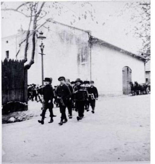 Dzieci żydowskie idące do szkoły. Ok. 1900r., stare zdjęcia -