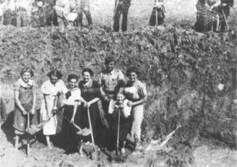 Kobiety podczas kopania rowu p. czołgowego w okolicy Ostrzeszowa, stare zdjęcia -