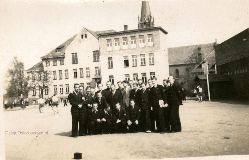 Na boisku gimnazjum salezjańskiego w Ostrzeszowie. Przypuszczalnie jest to rok 1..., stare zdjęcia -