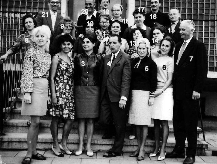 Grono pedagogiczne Szkoły Podstawowej nr 1, prawdopodobnie koniec lat sześćdzies..., stare zdjęcia -