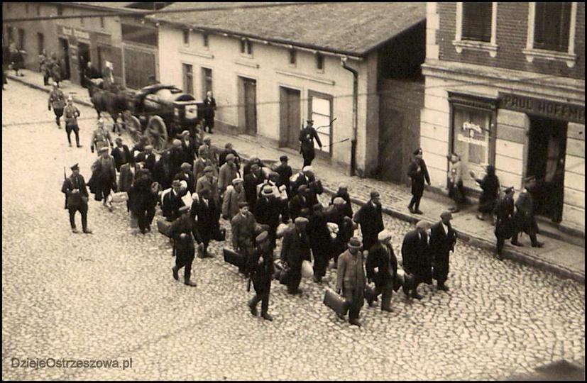 3 maja 1940 roku. Grupa jeńców, mieszkańców Ostrzeszowa i okolicznych miejscowoś..., stare zdjęcia -