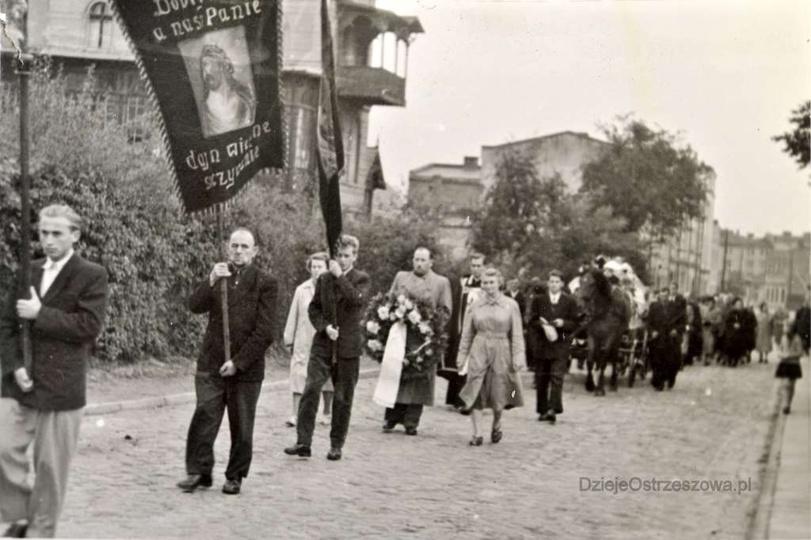Lata pięćdziesiąte, kondukt pogrzebowy idzie ulicą Ogrodową (obecnie Daszyńskieg..., stare zdjęcia -