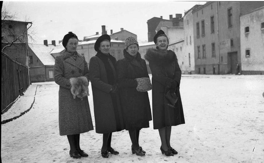 Zdjęcie zrobione na placu Stawek. Od lewej stoją: Helena Matysik (z d. Fluder),... -