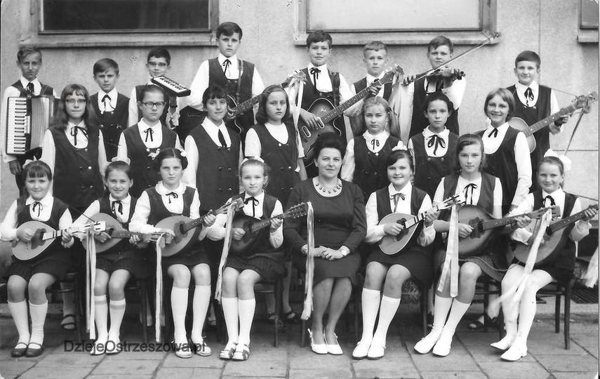 Rok 1970. Zespół instrumentalno-wokalny przy Szkole Podstawowej nr 1 w Ostrzeszo..., stare zdjęcia -