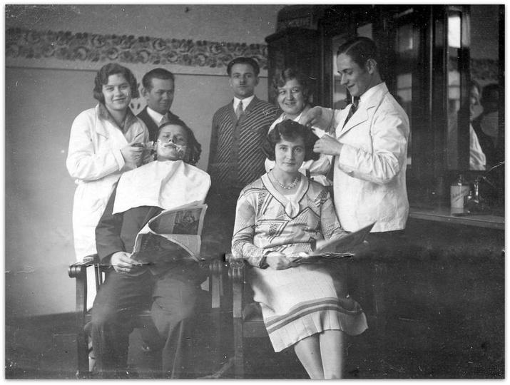 Lata trzydzieste, salon fryzjerski państwa Makiełów. Trzeci od lewej stoi Teodor..., stare zdjęcia -