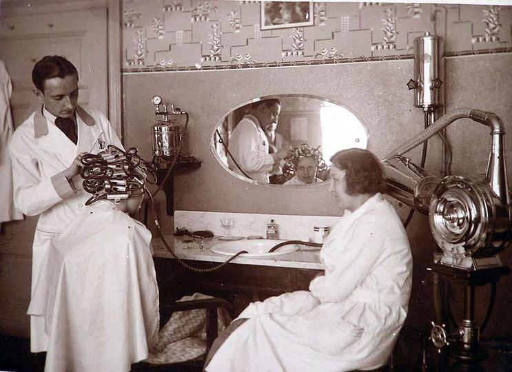 Lata 30-te XX w. - w salonie fryzjerskim państwa Makiełów, trwałą ondulację wyko..., stare zdjęcia -