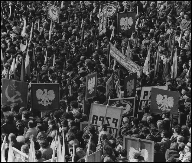 Tłumy mieszkańców Ostrzeszowa w czasie nadawania zaszczytnego imienia Rewolucji ..., stare zdjęcia -