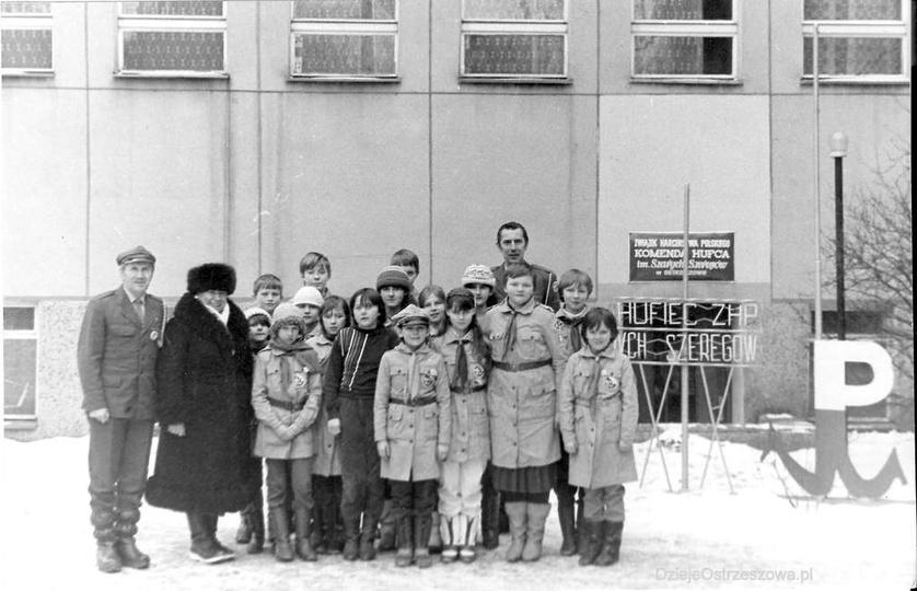 Koniec lat 80-tych, przed Powiatowym Domem Kultury i harcówką. Z lewej: dh Jerzy..., stare zdjęcia -