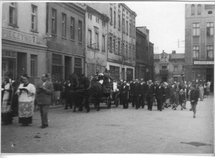 Rok 1956, pogrzeb Władysława Śliwińskiego. Nie ma już piekarni Michała Rogalewsk..., stare zdjęcia -