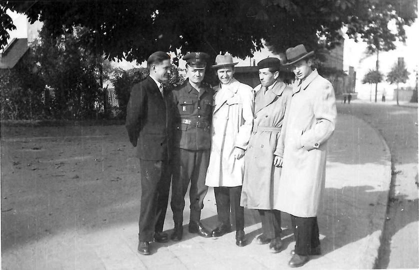 Rok 1959, ulica Sikorskiego. Stoją od lewej: Zbigniew Zawada, Zenon Fabrowski, ..., stare zdjęcia -
