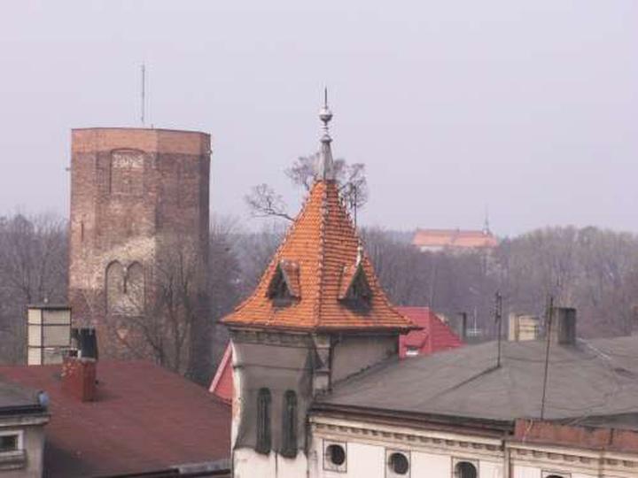 Widok z wieżyczki ratusza w stronę baszty i klasztoru - 5 kwietnia 2009, stare zdjęcia -