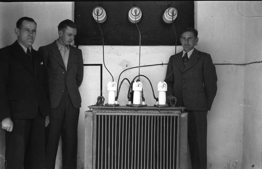 Zdjęcie zrobione w jakiejś stacji transformatorowej. Drugi z lewej to Edmund Sol... -