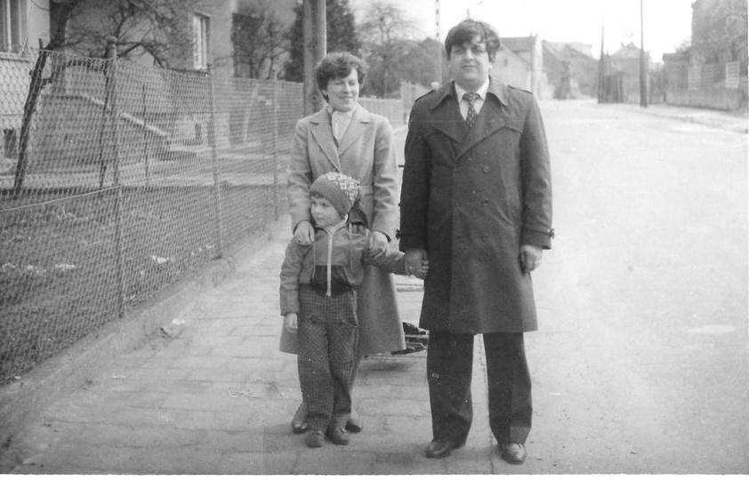 Lata osiemdziesiąte. Kilkuletni Krzysiu z rodzicami na ul. Św. Mikołaja, na wyso..., stare zdjęcia -