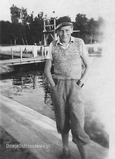 Ostrzeszowski basen, koniec lat trzydziestych. Na zdjęciu Edmund Feige na tle dr..., stare zdjęcia -