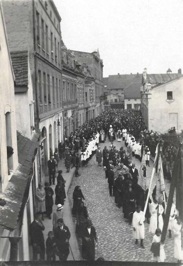 Lipiec 1930 rok, pogrzeb ks. proboszcza Michała Perlińskiego. Konduktowi żałobne..., stare zdjęcia -