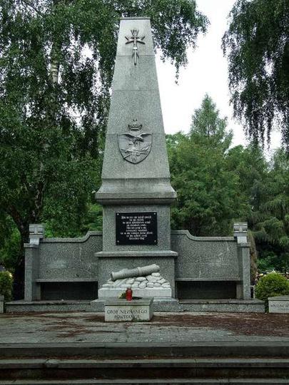 Pomnik Powstańców Wielkopolskich na cmentarzu w Ostrzeszowie.Po obu bokach niewi..., stare zdjęcia -