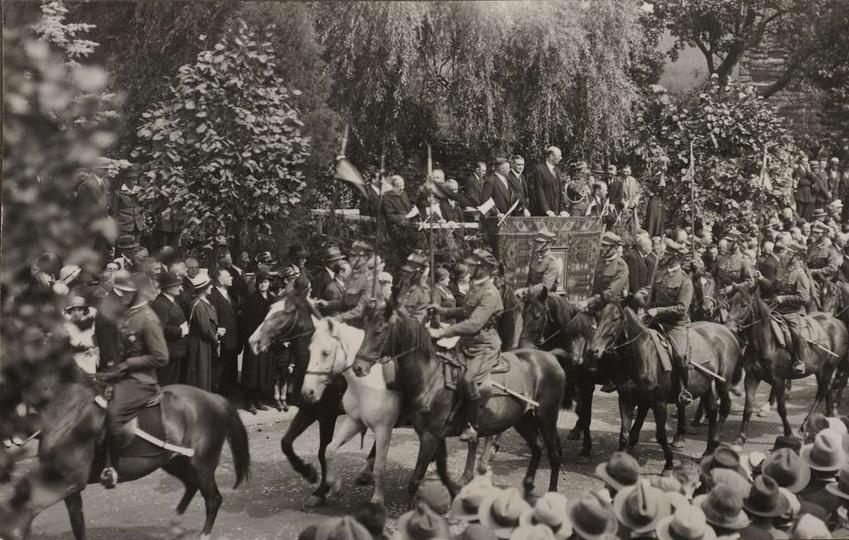 12 sierpnia 1934 rok, ulica Zamkowa, (za trybuną, przysłonięta drzewami, niewido..., stare zdjęcia -