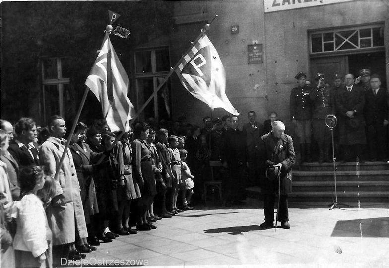 Zdjęcie powstało tuż po wojnie, po niemieckim okupancie zostały tylko dziury po ... -