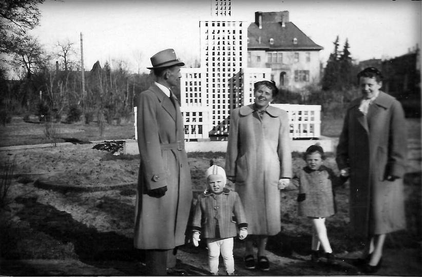 Połowa lat pięćdziesiątych, makieta Pałacu Kultury i Nauki, dalej  willa pp. Bis..., stare zdjęcia -