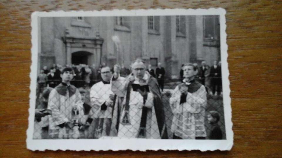 Zdjęcie przedstawia uroczystosc poświęcenia dzwonnicy w klasztorze na zdjeciu ks... -