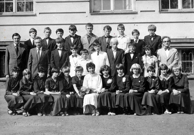 Absolwenci Szkoły Podstawowej nr 2 w Ostrzeszowie. Rok szkolny 1980/81, rocznik ..., stare zdjęcia -