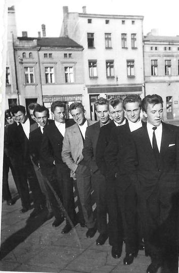 Ostrzeszowski rynek, rok 1959. Stoją od prawej: Ryszard Murawa, Stanisław Greb..., stare zdjęcia -