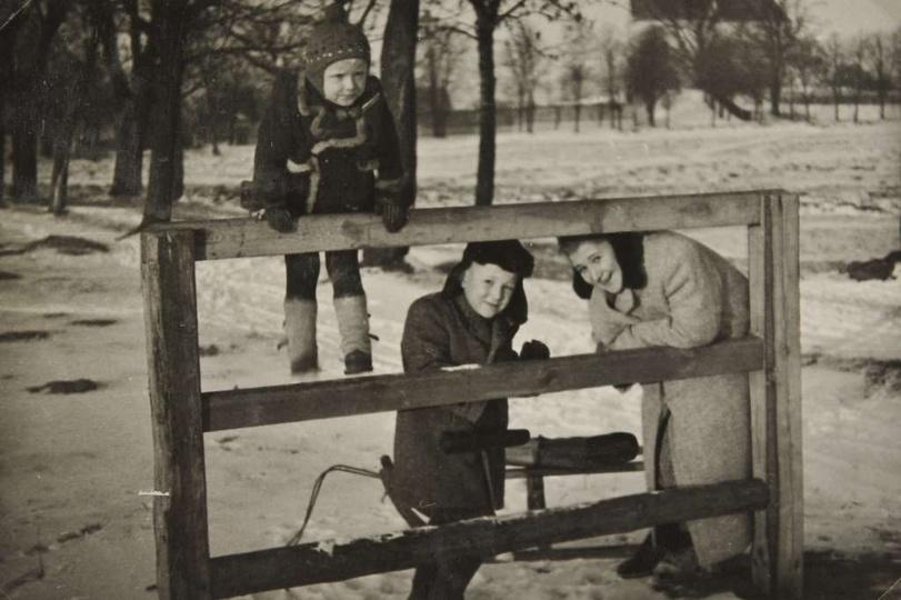 Lata 50-te. pani Stefania Kasprzak z synami przy przyrządzie gimnastycznym, jedn..., stare zdjęcia -