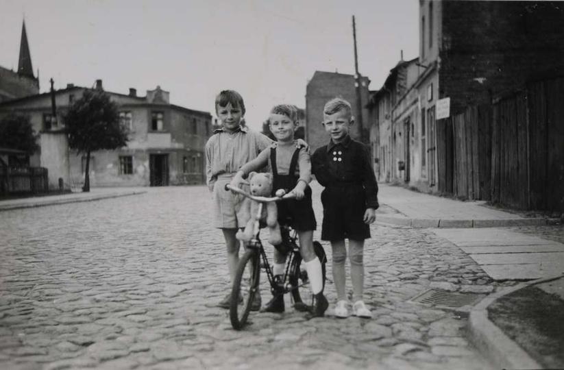 Plac Borek, koniec lat pięćdziesiątych, stoją od lewej: Tadeusz Mazurkiewicz, Ja..., stare zdjęcia -