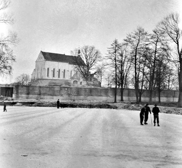 Początek lat pięćdziesiątych, przyklasztorny staw, skuty lodem służy za lodowisk..., stare zdjęcia -