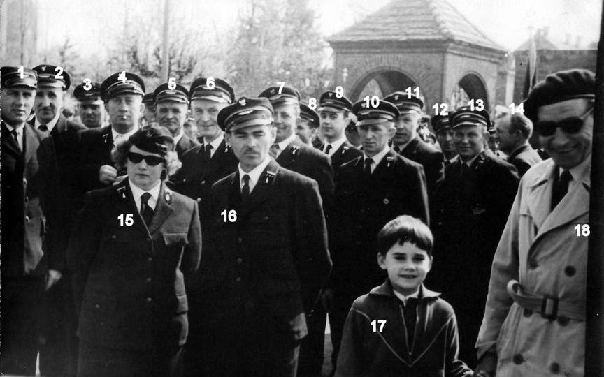 1 maja 1965 rok, kolejarze z Ostrzeszowa na dziedzińcu  Szkoły Podstawowej nr 2...., stare zdjęcia -