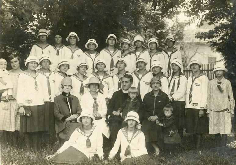 Młode Polki  Okres międzywojenny. W pierwszym rzędzie, trzecia z lewej stoi Ju..., stare zdjęcia -