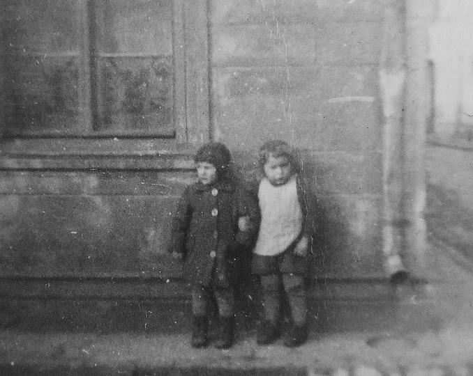 Rok 1943 przed naszym domem na Targowej 2(po prawej ulica Strumykowa). Na zdjęc..., stare zdjęcia -