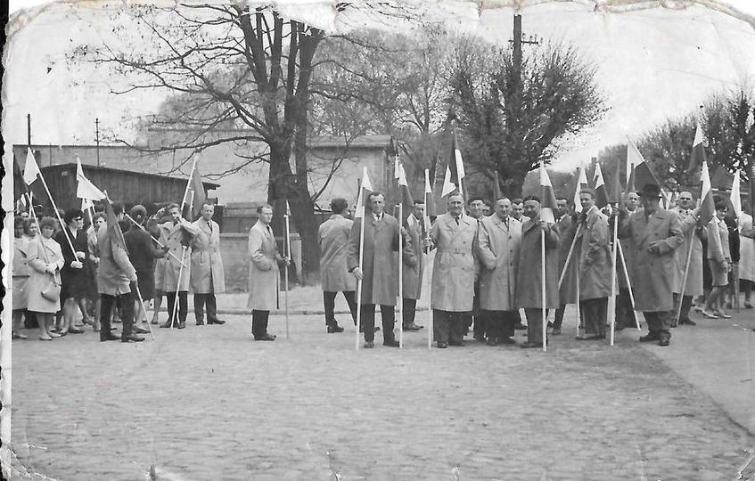 Pochód pierwszomajowy, lata pięćdziesiąte. Skrzyżowanie ulicy Daszyńskiego i Koś..., stare zdjęcia -