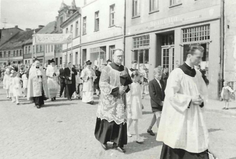 Lata pięćdziesiąte, procesja Bożego Ciała idzie przez rynek. Obok księdza w okul..., stare zdjęcia -