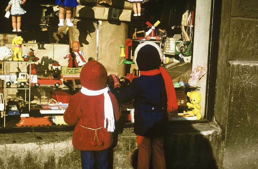 Rok 1978 lub 1979, Grześ i Tomek Kosmala oglądają wystawę sklepu zabawkowego w k..., stare zdjęcia -