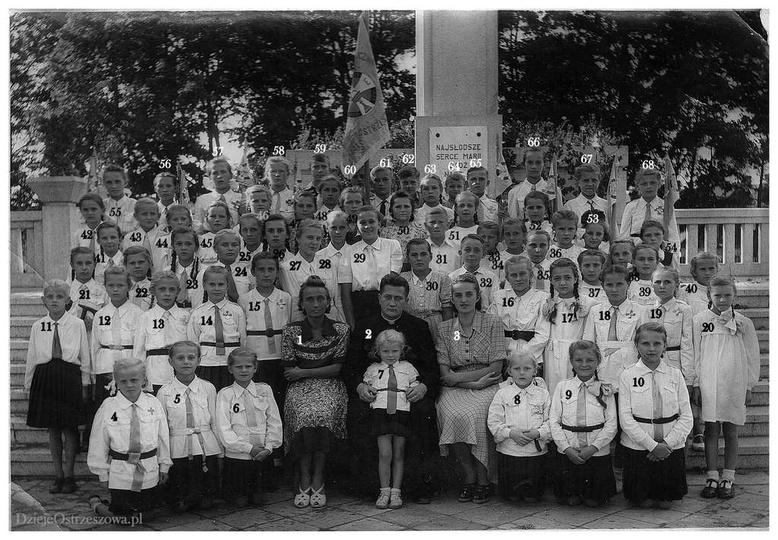 Krucjata Eucharystyczna w Ostrzeszowie. Zdjęcie z 1948 (49) roku, zrobione przy... -