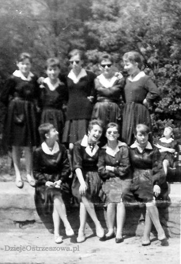 Park Miejski w Ostrzeszowie. Rok 1963,  przy fontannie zebrały się uczennice Li..., stare zdjęcia -